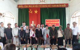 70 Phần quà đến hộ nghèo vùng Biên giới ở Bon Spa và Bon Bu Đắk xã Thuận An, huyện Đắk Mil